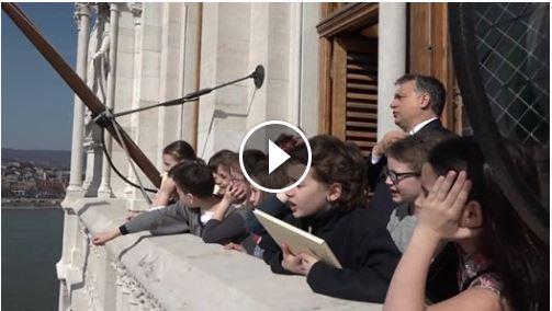 Rendkívüli kormányülés általános iskolás gyerekekkel (videó)